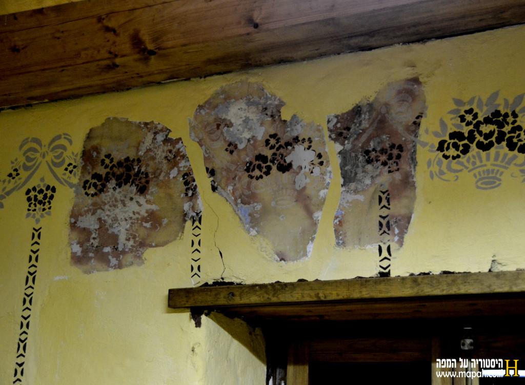 ציורי קיר מקוריים לצד המשוחזרים בבית הדפוס בפתח תקוה - צילום: אפי אליאן