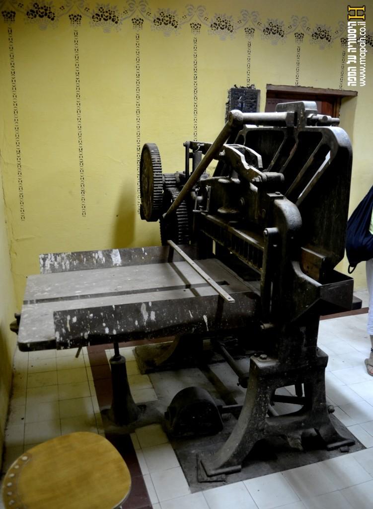 מכונת חיתוך נייר בבית הדפוס בפתח תקווה - צילום: אפי אליאן