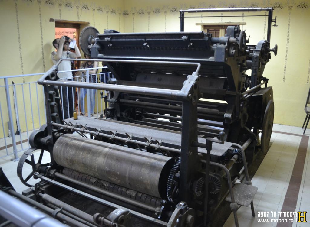 מכונת הדפוס הנדירה בבית הדפוס מצד הפלט נייר - צילום: אפי אליאן