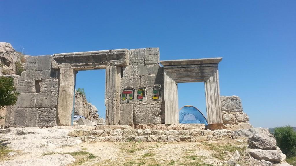 ההשחתה בבית הכנסת העתיק במירון - צילום: אורי ברגר