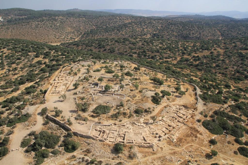 האתר בו בוצעו החפירות בשנת 2012 שהביאו לחשיפת שברי הקנקן - חורבת קיאפה - צילום באמצעות Skyview