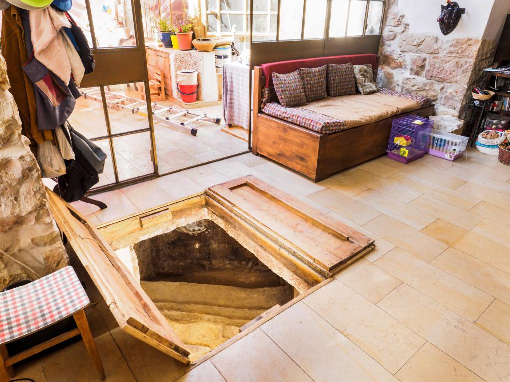 פתח הכניסה למקווה הטהרה תחת סלון הבית - צילום: אסף פרץ