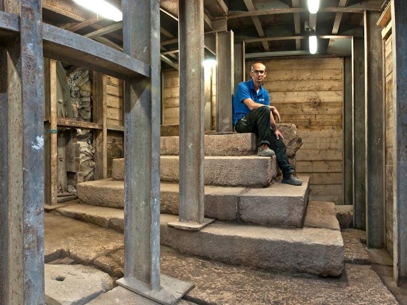.ג'ו עוזיאל, מנהל שותף בחפירת רשות העתיקות, יושב על המבנה המדורג. צילום: שי הלוי, באדיבות רשות העתיקות