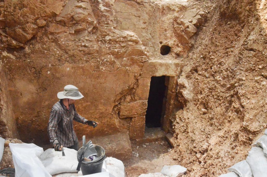 חזית המערה כפי שנחשפה בחפירה - צילום: שי הלוי
