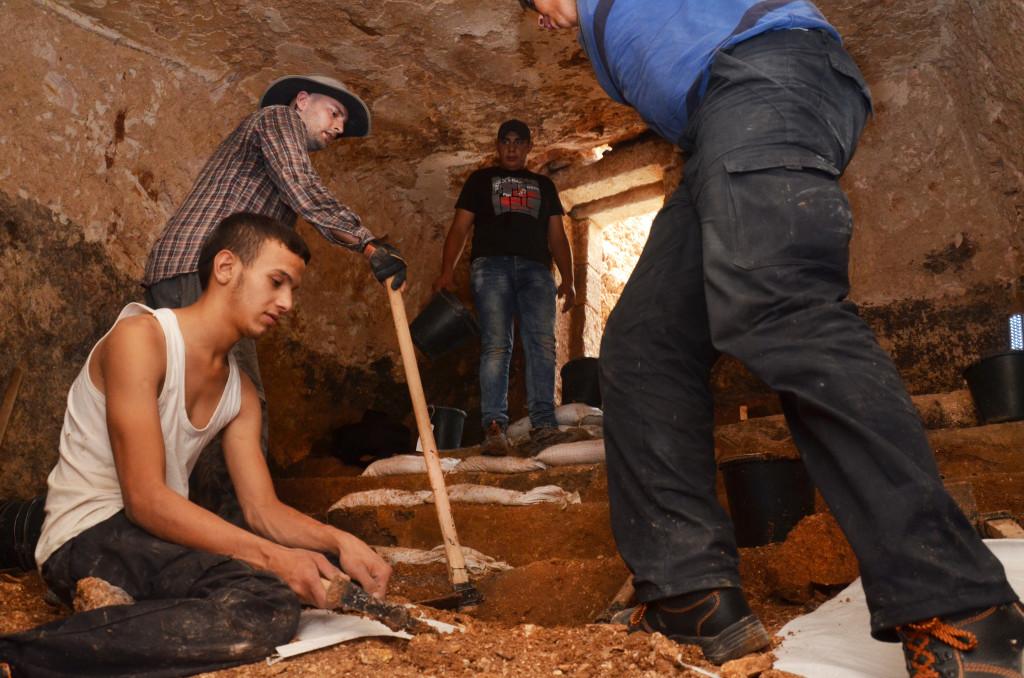 חפירות לחשיפת מדרגות המקווה - צילום: שי הלוי