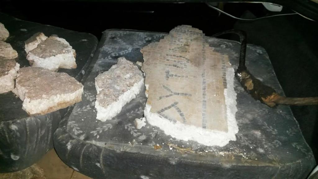 חתיכות הפסיפס שנחשפו ברכבם של החשודים. צילום: היחידה למניעת שוד ברשות העתיקות