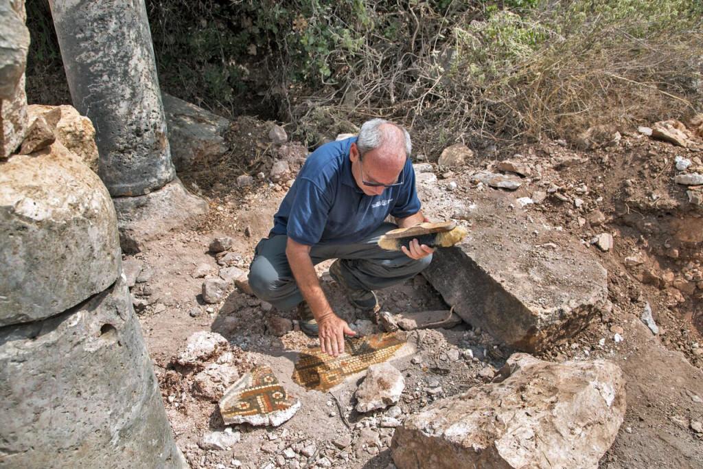 העתיקות אוספים את שברי הפסיפס שנותרו באתר. צילום: שמואל מגל