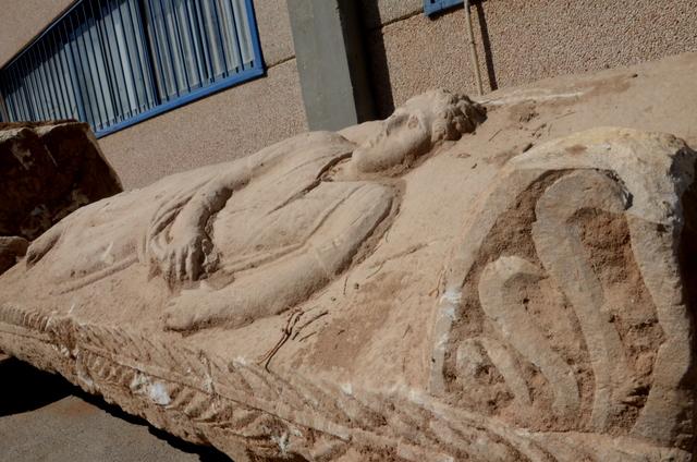 כיסוי הסרקופג כפי שנחשף באתר הבנייה באשקלון - צילום: יולי שוורץ