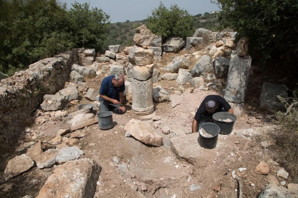רשות העתיקות אוספים את שברי הפסיפס שנותרו באתר. צילום: שמואל מגל