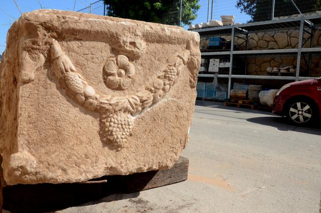 גוף הסרקופג שהוצא מהאדמה באתר בניה באשקלון - צילום: יולי שוורץ