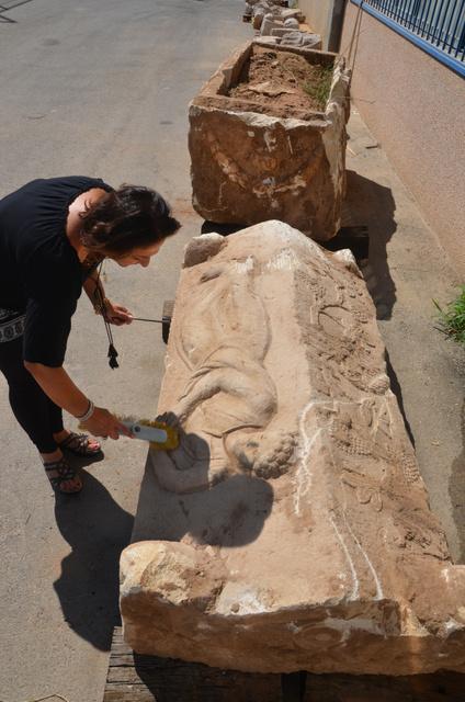 מכסה ארון הקבורה והארון עצמו במהלך ניקוי ראשוני - צילום: יולי שוורץ