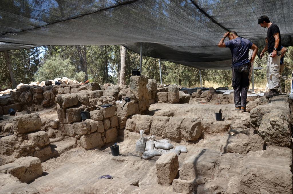 מנהלי החפירה בוחנים את האתר. באדיבות רשות העתיקות