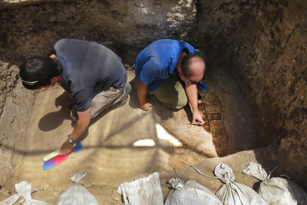 מנקים את אחד מכוכי הקבורה. צילום: דן שחר, באדיבות רשות העתיקות