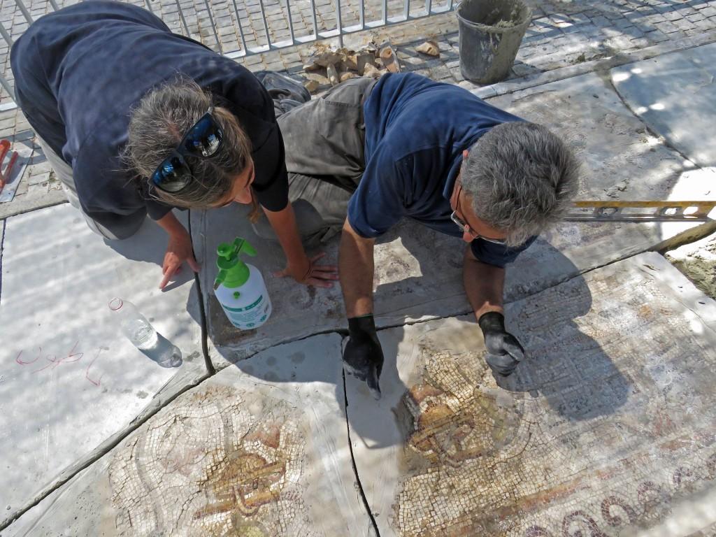 עובדי רשות העתיקות במהלך שימור הפסיפס. צילום: ניקי דוידוב