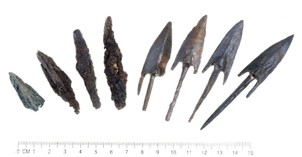 אבני קלע מעופרת וראשי חצים שעליהם הוטבע קילשון – סמל שלטונו של אנטיוכוס אפיפנס - עדות לנסיונות לכבוש את המבצר. צילום: קלרה עמי