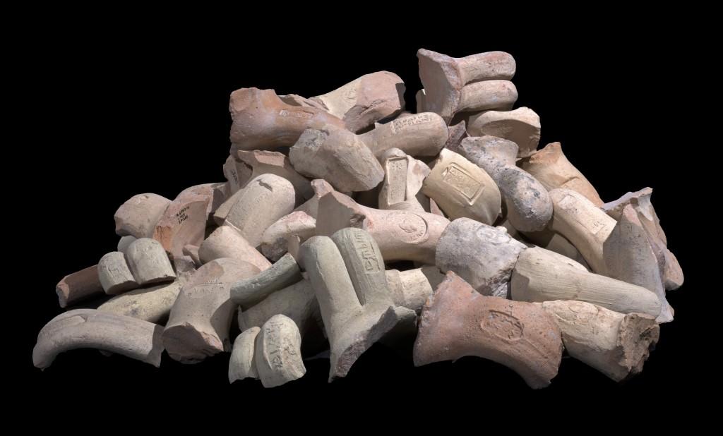 שרידי ידיות קנקני יין ששימשו את יושבי המבצר. צילום: קלרה עמית