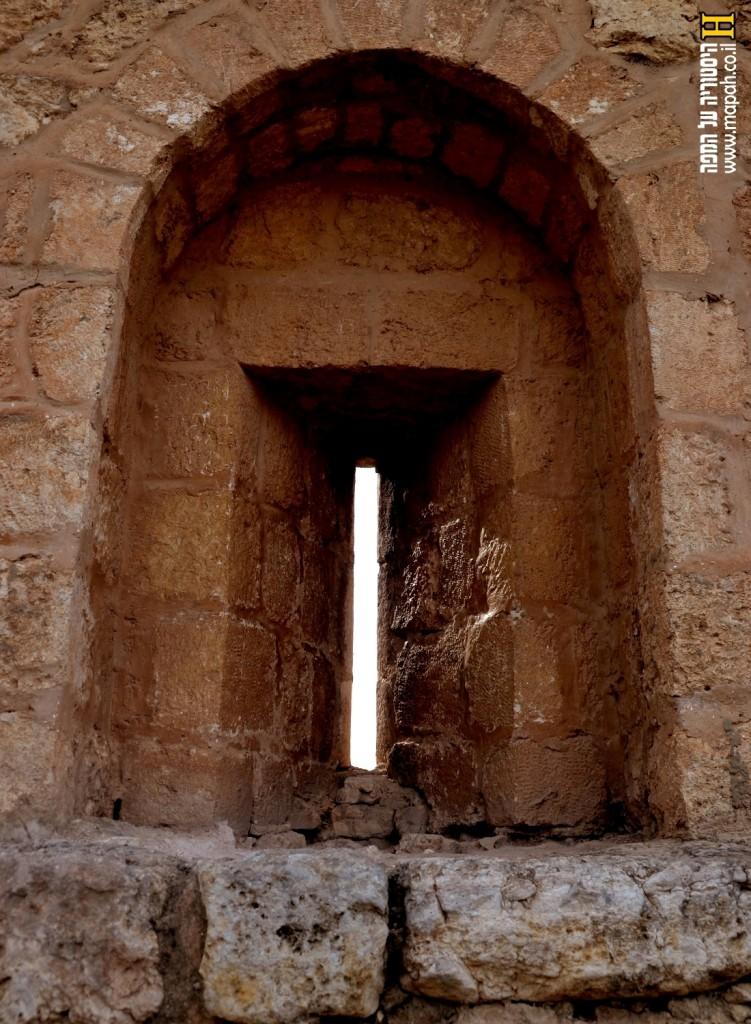 חריך ירי בדופן הדרומית של מצודת אנטיפטרוס - צילום: אפי אליאן