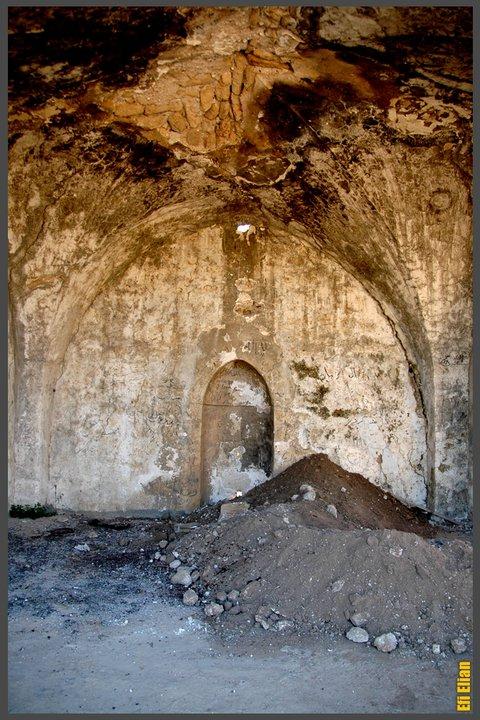 בור שחפרו גנבי עתיקות בחיפוש אחר אוצר - צילום: אפי אליאן