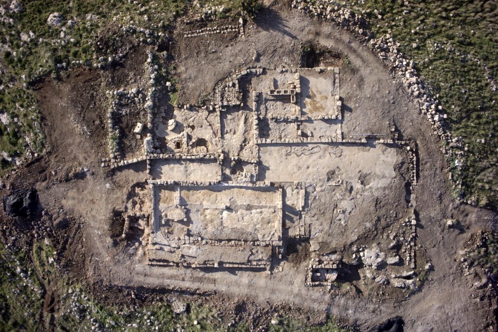 מבט עילי של החווה העתיקה בראש העין - צילום: גריפין צילום אוירי