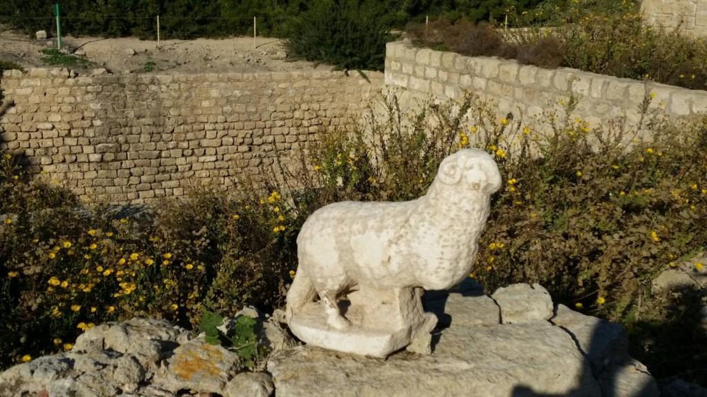 פסלון האייל מקיסריה - צילום: צילום: ורד שריג, נמל קיסריה
