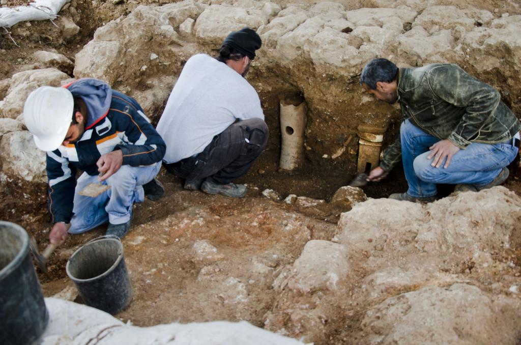 צינורות חרס שנחשפו באתר מהווים עדות לקיומו של בית מרחץ עתיק שפעל כאן. צילום: באדיבות רשות העתיקות