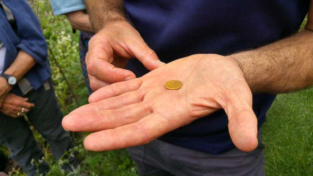 """הזהב הוא מתכת אצילה, ולכן המטבע השתמר במצב מצוין, ממש """"כמו חדש"""". צילום: עירית צוק קובצ'י, באדיבות רשות העתיקות"""