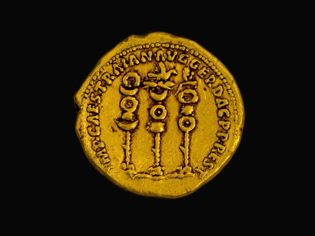 סמלי הלגיונות הרומיים לצד שמו של הקיסר טריאנוס. צילום: שמואל מגל, באדיבות רשות העתיקות