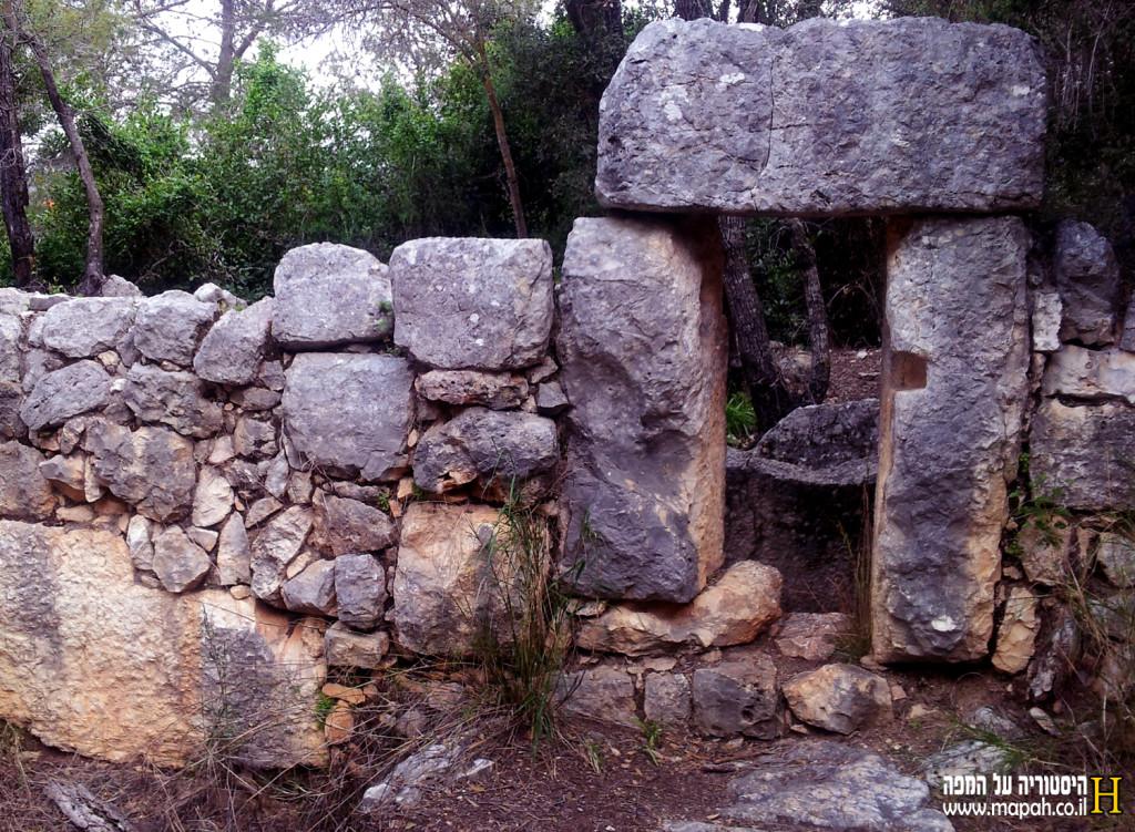 החריץ בו עבר מוט הלחיצה של בית הבד מהתקופה הביזנטית בחורבת דנעילה - צילום: אפי אליאן