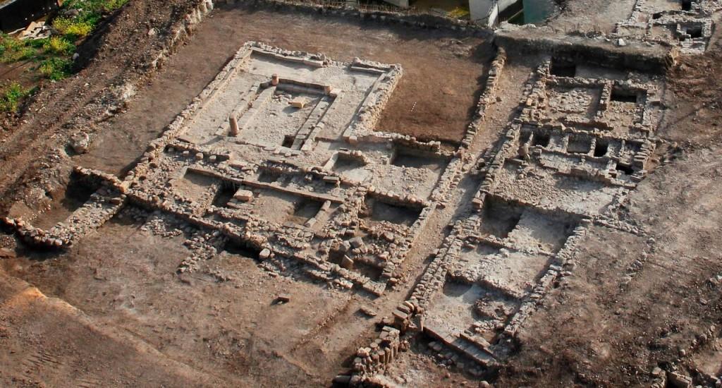 צילום אווירי של בית הכנסת שנחשף בחפירות רשות העתיקות במגדל. צילום: חברת SKYVIEW