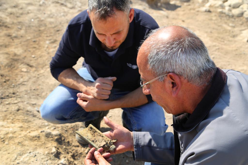 הארכיאולוגים ערפן נג'ר ואיאד בשאראת מרשות העתיקות ברגע מציאת המחתה. צילום: מריאנה בראבו, באדיבות מרכז מגדלא
