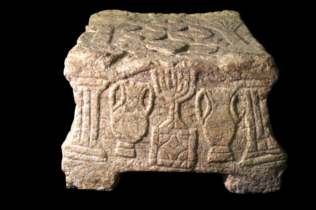 האבן עם סמל המנורה שנחשפה בבית הכנסת במגדל. צילום: יעל יולוביץ'