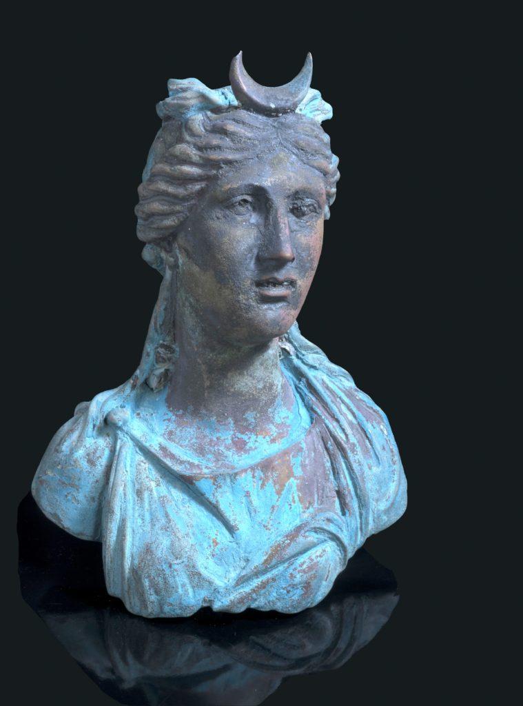 צלמית (פסלון) של אלת הירח לונה. צילום