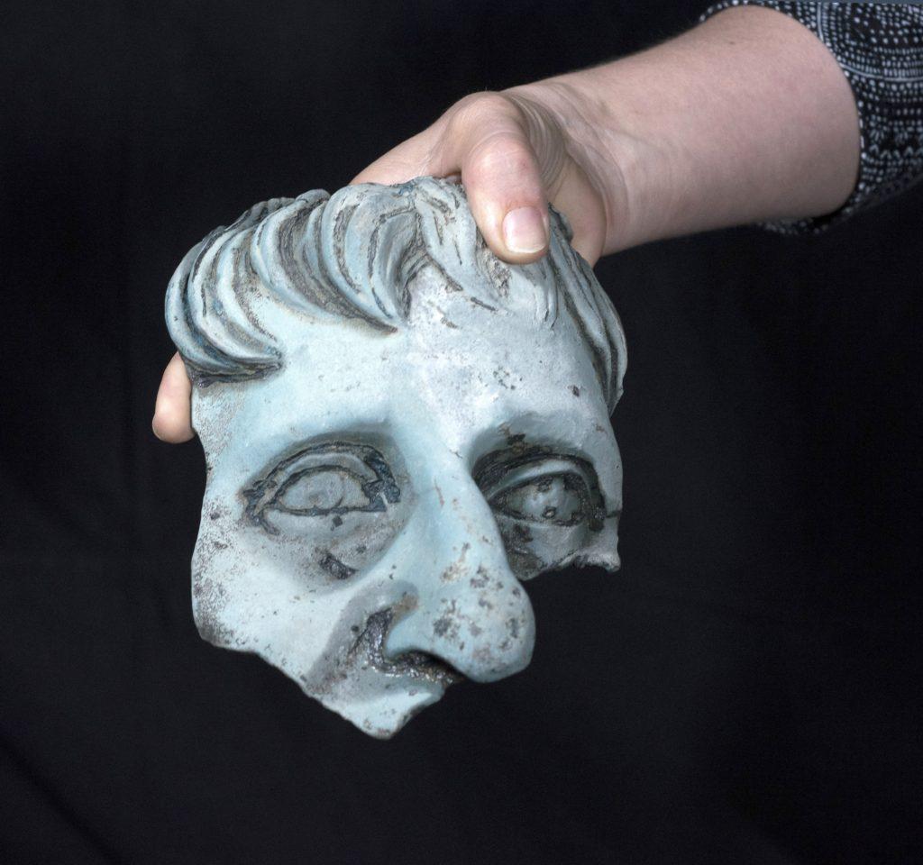 שבר ראש פסל בגודל אדם. צילום: קלרה עמית