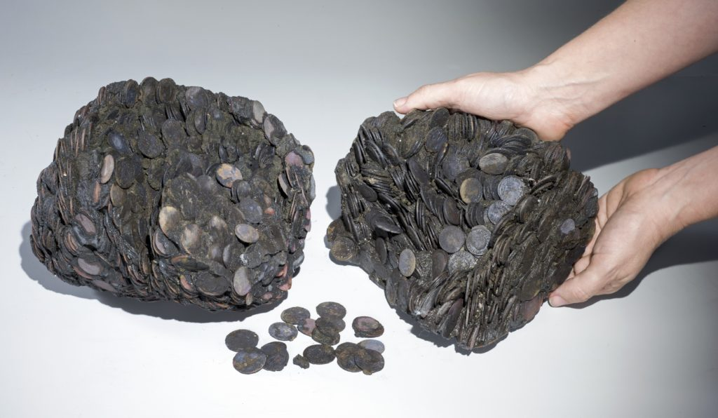 """גושי המטבעות שנתגלו בים, במשקל כולל של כ-20 ק""""ג. צילום: קלרה עמית, באדיבות רשות העתיקות"""