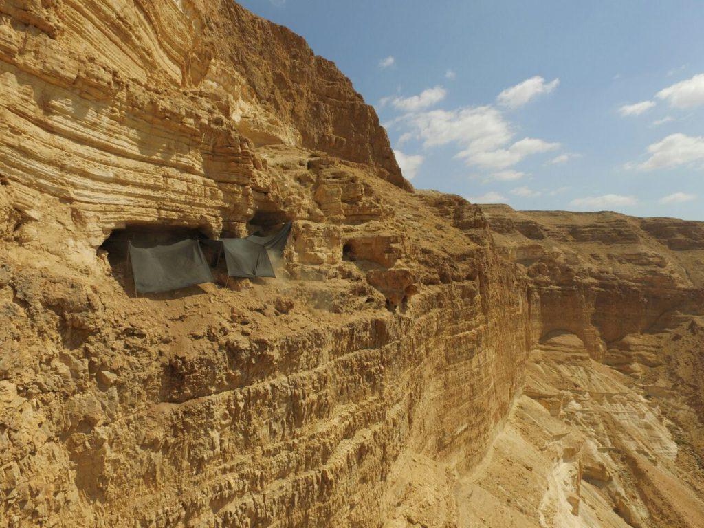 בה מתבצעת החפירה הארכיאולוגית. ממוקמת כ-80 מ' מראש המצוק, וכ-250 מ' מעל בסיס הואדי. צילום: גיא פיטוסי, היחידה למניעת שוד ברשות העתיקות