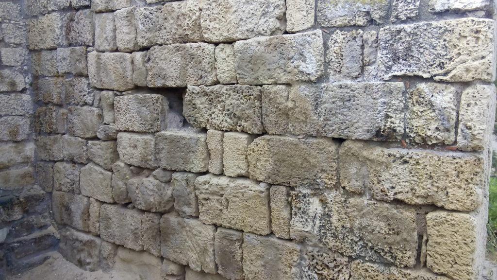 קיר המצודה לאחר ניקוי. צילום: אריאל ענבר, רשות העתיקות