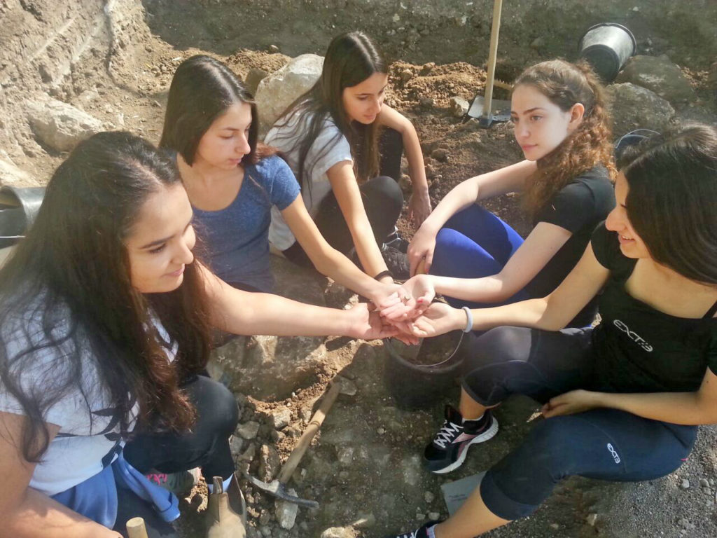 תלמידות כיתה י'2 שמצאו את הקמיע. צילום: דינה גורני