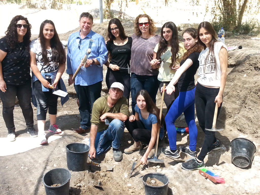 צוות החפירה של תלמידות כיתה י' 2 יחד עם מנהל קרית החינוך אורט קרית ביאליק, רמי פורת, ואנשי רשות העתיקות. צילום: דינה גורני