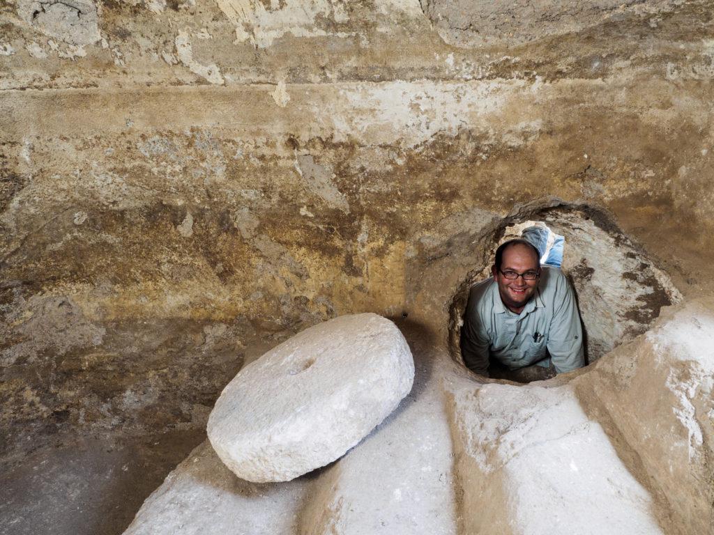 אברהם טנדלר – מנהל החפירה, בתוך מערכת מסתור שחוברה למקווה טהרה בימי מרד בר כוכבא. צילום: אסף פרץ