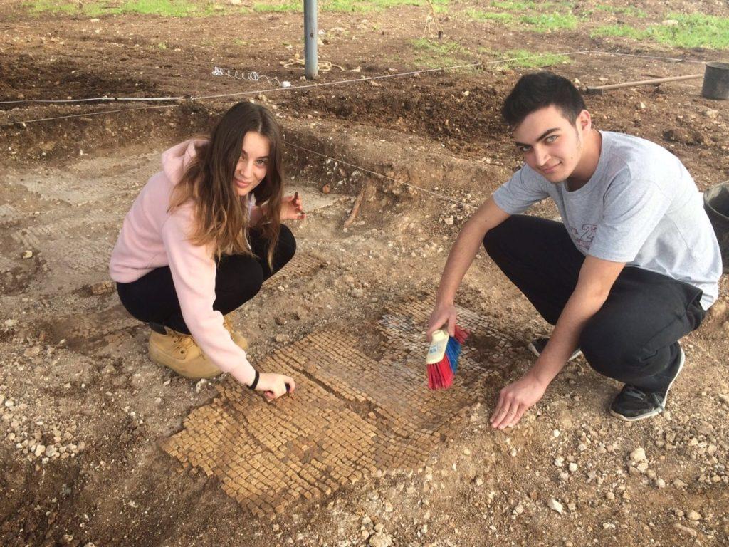 בני נוער בחפירת שלומי מנקים פסיפס שגילו באתר. צילום: קרן קובלו-פארן