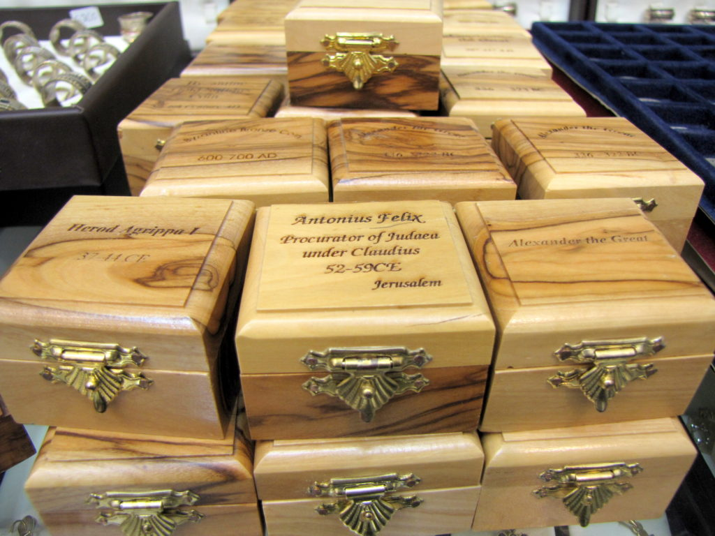 קופסאות מהודרות בהן נמכרו המטבעות. הקופסאות נושאות את שמות השליטים שטבעו את המטבעות, ובהם אלכסנדר הגדול, המלך הורדוס ועוד