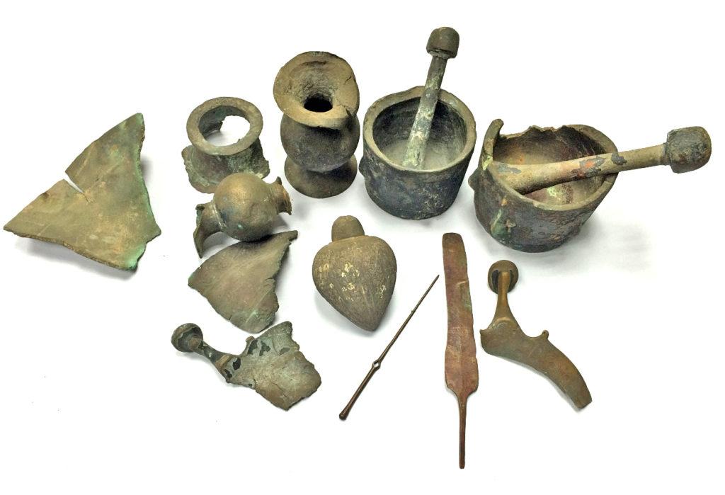 הממצאים העתיקים שנמשו מן הים ונמסרו לידי רשות העתיקות. צילום: דיאגו ברקן