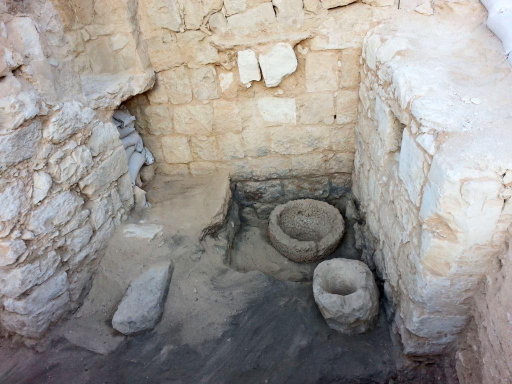 פנים האורווה. אגני האבן העגולים שימשו, כנראה, לאגירת מזון ומים לבעלי החיים