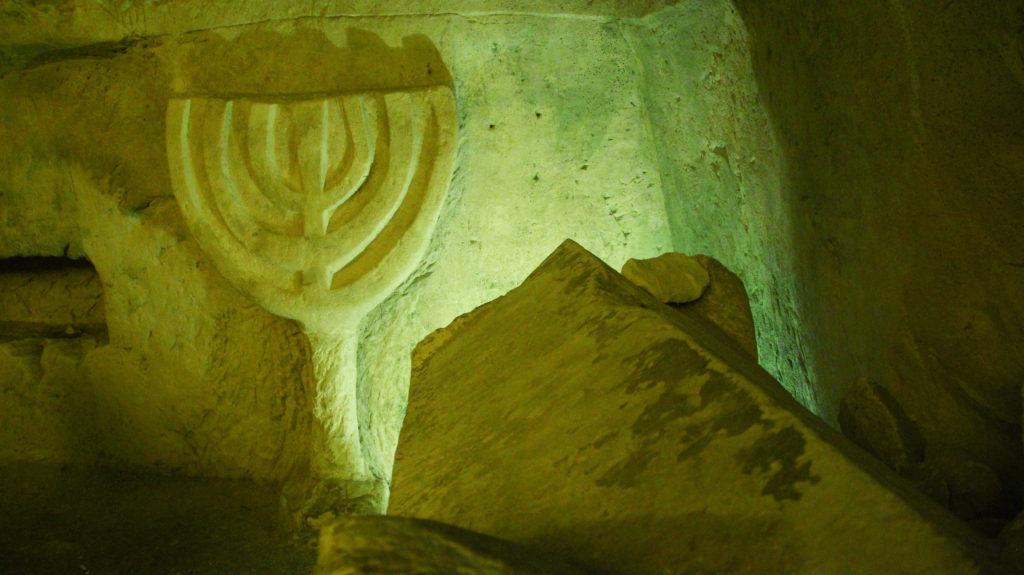 המנורה בכניסה למערת יהודי סוריה - צילום: Nis101