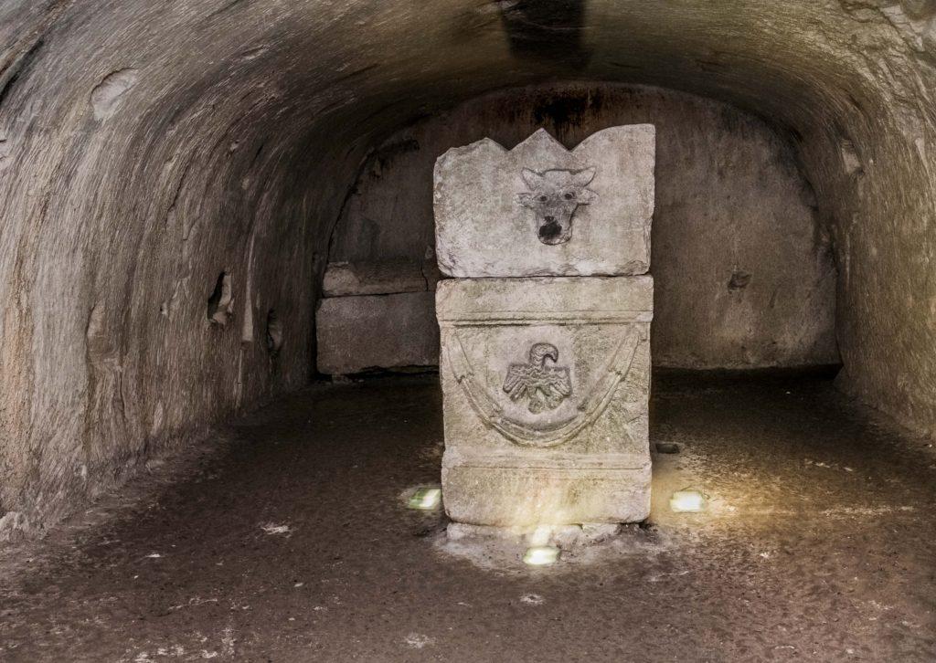 סרקופג במערת הקללות עם עיטור נשר ושור - צילום: עמוס גל
