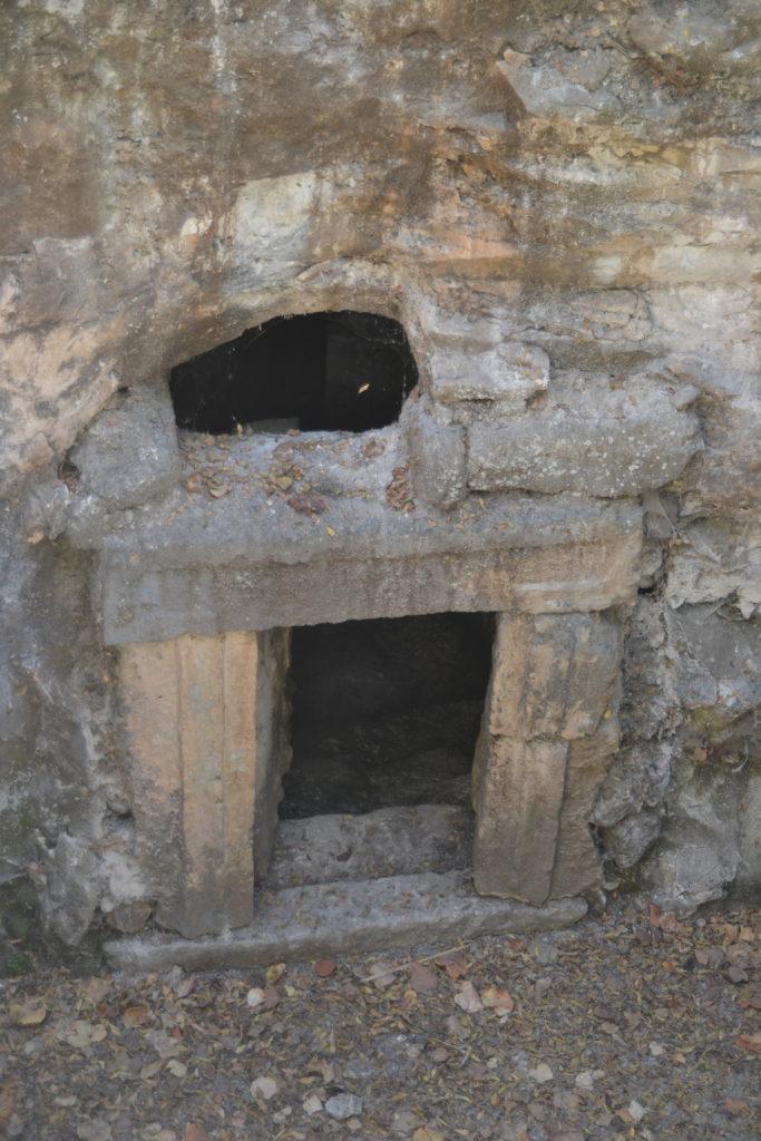 """תקריב לשער הראשי במערת """"הפרצה"""" בבית שערים - צילום: אפי אליאן"""