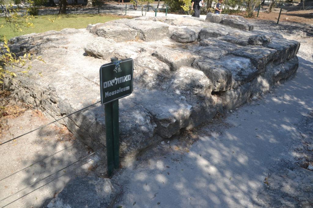 שרידי המאוזוליאום בבית שערים - צילום: אפי אליאן