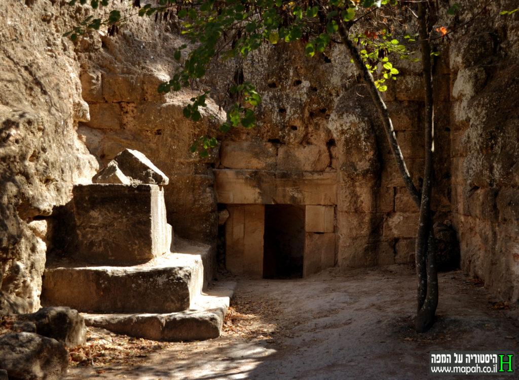 """סרקופג ופתח המערה """"שטרם נחפרה"""" בבית שערים - צילום: אפי אליאן"""