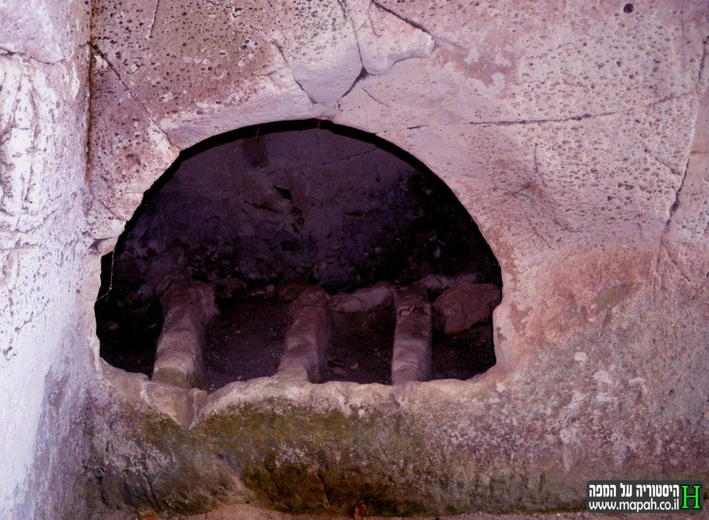 קברים מלבנים שנחצבו בשלב מאוחר יותר במערת הארון הבודד - צילום: אפי אליאן