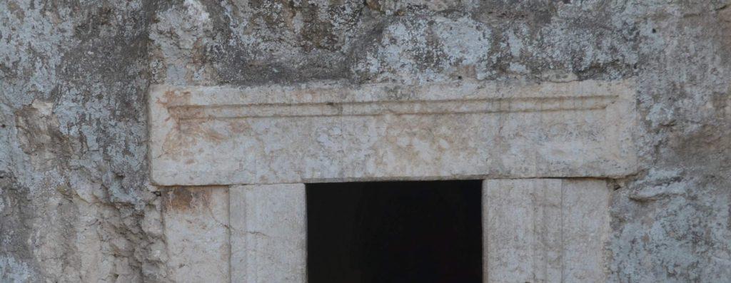 הכתובת היוונית מעל כניסת מערת הלולבים - צילום: אפי אליאן